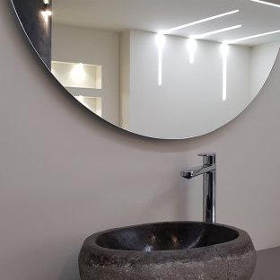 Ispirazione per una grande sauna moderna con ante lisce, ante marroni, vasca idromassaggio, pareti beige, parquet chiaro, lavabo a bacinella, top in laminato, top marrone, un lavabo, mobile bagno sospeso e soffitto ribassato