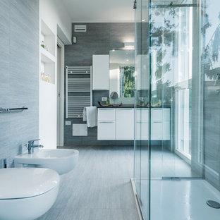 Foto di una grande stanza da bagno con doccia minimal con ante lisce, ante bianche, doccia a filo pavimento, WC sospeso, pareti bianche e pavimento in gres porcellanato