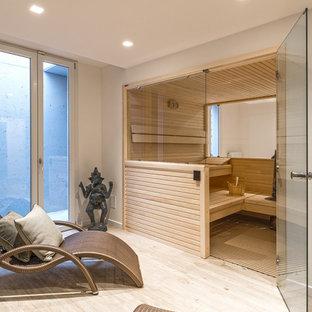 Foto di una sauna stile marino di medie dimensioni con pareti bianche, parquet chiaro e soffitto ribassato