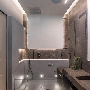 Imagen de cuarto de baño principal, contemporáneo, sin sin inodoro, con baldosas y/o azulejos marrones, paredes multicolor, suelo de madera en tonos medios, lavabo integrado, encimera de cemento, suelo marrón, ducha abierta y encimeras marrones