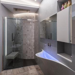 Esempio di una stanza da bagno minimal con doccia alcova, piastrelle beige, pareti grigie, lavabo integrato, pavimento grigio e porta doccia scorrevole