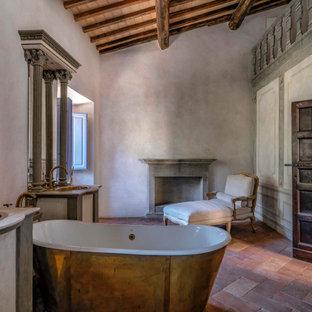 Ispirazione per una stanza da bagno mediterranea con vasca freestanding, pareti grigie, lavabo da incasso, pavimento rosso, top bianco, due lavabi, mobile bagno incassato, travi a vista, soffitto a volta e soffitto in legno
