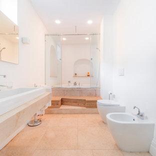 Esempio di una grande stanza da bagno padronale design con vasca idromassaggio, vasca/doccia, WC a due pezzi, pareti bianche, pavimento in gres porcellanato, lavabo a bacinella, top in marmo, pavimento beige, porta doccia scorrevole, top beige, un lavabo e mobile bagno sospeso