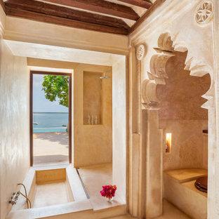 Immagine di una stanza da bagno padronale etnica con vasca da incasso e doccia a filo pavimento