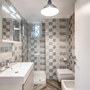 Esempio di una piccola stanza da bagno con doccia contemporanea con ante lisce, ante beige, bidè, piastrelle multicolore, piastrelle in ceramica, pareti multicolore, lavabo rettangolare e pavimento marrone