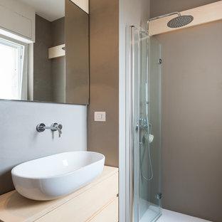 Esempio di una piccola stanza da bagno con doccia contemporanea con ante in legno chiaro, doccia a filo pavimento, pareti grigie, parquet chiaro, top in legno, porta doccia a battente, ante lisce, lavabo a bacinella, pavimento beige e top beige