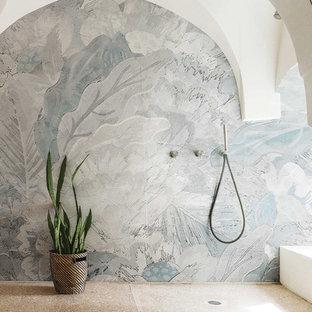 Foto di una grande stanza da bagno tropicale con doccia aperta, pareti multicolore, pavimento con piastrelle in ceramica e pavimento beige