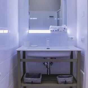 Immagine di una stanza da bagno con doccia scandinava con piastrelle multicolore, piastrelle in gres porcellanato, pareti multicolore, pavimento in gres porcellanato e un lavabo
