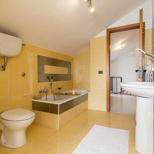 Esempio di una grande stanza da bagno padronale minimal con piastrelle gialle e pavimento giallo