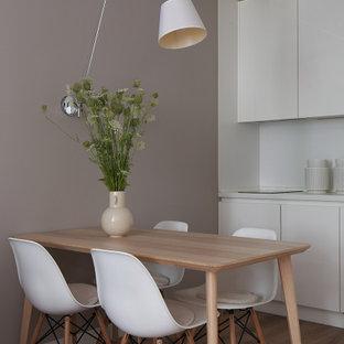 Свежая идея для дизайна: кухня-столовая среднего размера в современном стиле с серыми стенами и коричневым полом - отличное фото интерьера