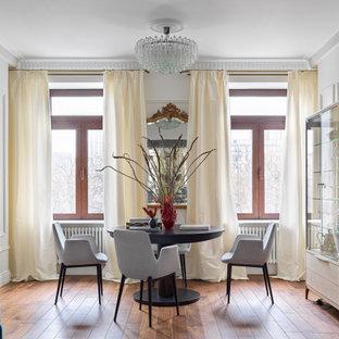 Источник вдохновения для домашнего уюта: столовая в стиле неоклассика (современная классика) с белыми стенами, паркетным полом среднего тона, коричневым полом и панелями на части стены