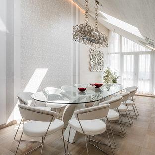Пример оригинального дизайна: столовая в современном стиле с белыми стенами и бежевым полом