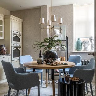 Неиссякаемый источник вдохновения для домашнего уюта: кухня-столовая в стиле фьюжн с бежевыми стенами и бежевым полом