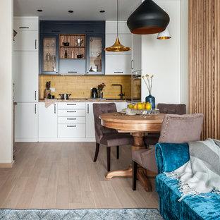 Пример оригинального дизайна: гостиная-столовая в стиле неоклассика (современная классика) с белыми стенами, светлым паркетным полом и бежевым полом