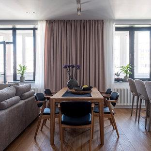 Свежая идея для дизайна: гостиная-столовая в современном стиле с белыми стенами, паркетным полом среднего тона и коричневым полом - отличное фото интерьера
