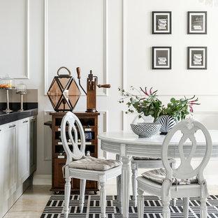 Стильный дизайн: столовая в стиле современная классика с белыми стенами, мраморным полом и бежевым полом - последний тренд