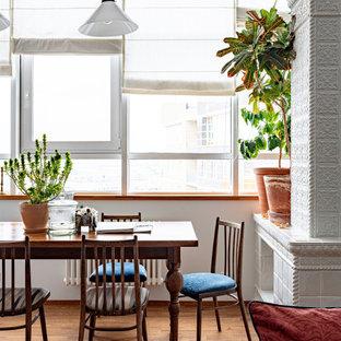 На фото: столовая среднего размера в стиле фьюжн с белыми стенами, паркетным полом среднего тона и коричневым полом