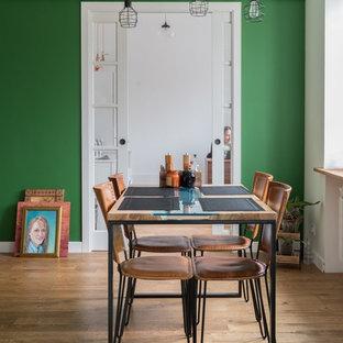 На фото: гостиная-столовая в стиле современная классика с зелеными стенами и светлым паркетным полом с