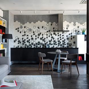 Foto di una sala da pranzo aperta verso il soggiorno design di medie dimensioni con pavimento in gres porcellanato e pavimento nero