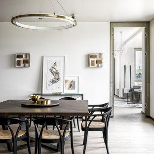 Свежая идея для дизайна: большая столовая в современном стиле с белыми стенами, паркетным полом среднего тона и коричневым полом - отличное фото интерьера