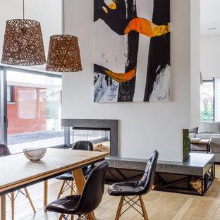 Неиссякаемый источник вдохновения для домашнего уюта: большая гостиная-столовая в современном стиле с белыми стенами, светлым паркетным полом, фасадом камина из плитки, бежевым полом и двусторонним камином