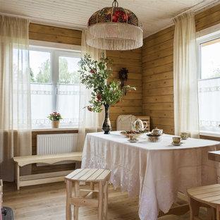На фото: отдельная столовая среднего размера в стиле кантри с коричневыми стенами, светлым паркетным полом и бежевым полом