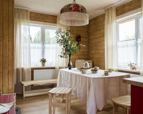 Свежая идея для дизайна: изолированная столовая среднего размера в стиле кантри с коричневыми стенами, светлым паркетным полом и бежевым полом - отличное фото интерьера
