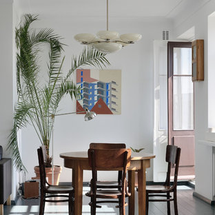Идея дизайна: столовая в современном стиле с белыми стенами, серым полом и деревянным полом