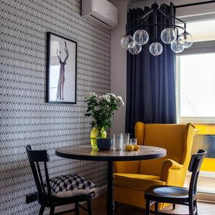 На фото: столовая среднего размера в скандинавском стиле с серыми стенами, паркетным полом среднего тона и коричневым полом