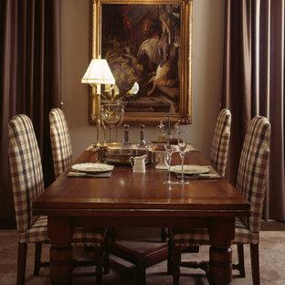 Стильный дизайн: огромная кухня-столовая в викторианском стиле с бежевыми стенами, полом из травертина и бежевым полом - последний тренд