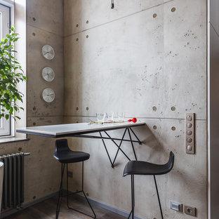Стильный дизайн: столовая в современном стиле с серыми стенами, паркетным полом среднего тона и коричневым полом - последний тренд