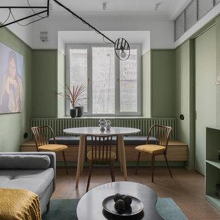 Идея дизайна: маленькая гостиная-столовая в стиле модернизм с зелеными стенами и коричневым полом