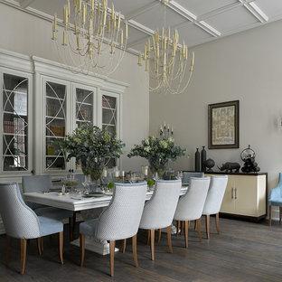 Пример оригинального дизайна интерьера: столовая в классическом стиле с белыми стенами, темным паркетным полом и коричневым полом