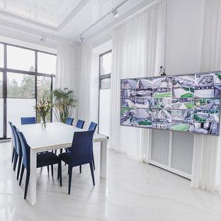 Diseño de comedor contemporáneo, grande, cerrado, sin chimenea, con paredes blancas, suelo de mármol y suelo blanco