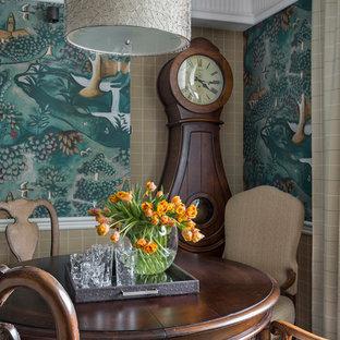 Aménagement d'une grand salle à manger ouverte sur le salon victorienne avec un mur vert, un sol en bois foncé et un sol marron.