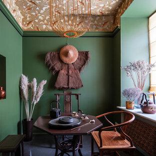 Свежая идея для дизайна: отдельная столовая в восточном стиле с зелеными стенами и черным полом - отличное фото интерьера