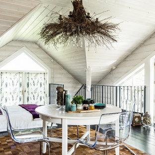 На фото: со средним бюджетом столовые среднего размера в стиле кантри с белыми стенами и коричневым полом