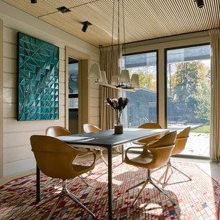 Идея дизайна: столовая в современном стиле с белыми стенами, светлым паркетным полом и бежевым полом