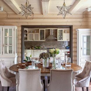 Imagen de comedor rural, de tamaño medio, abierto, con paredes beige, suelo de madera oscura y suelo marrón