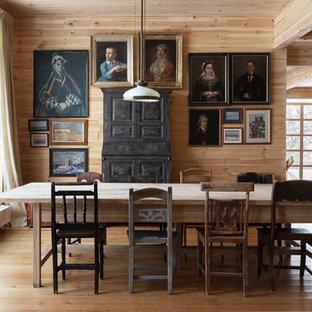 Неиссякаемый источник вдохновения для домашнего уюта: большая гостиная-столовая в стиле кантри с светлым паркетным полом без камина
