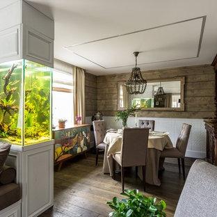На фото: гостиная-столовая в современном стиле с коричневыми стенами, темным паркетным полом и коричневым полом с