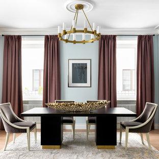Неиссякаемый источник вдохновения для домашнего уюта: столовая в стиле современная классика с синими стенами, паркетным полом среднего тона и коричневым полом