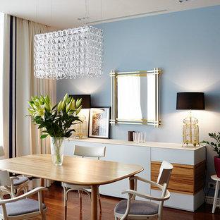 Идея дизайна: столовая среднего размера в современном стиле с синими стенами, паркетным полом среднего тона и коричневым полом