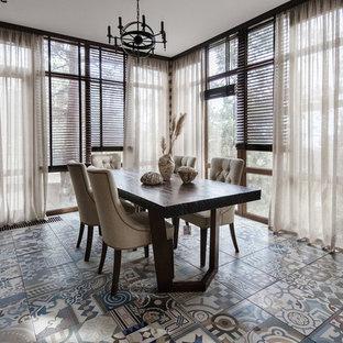 Новые идеи обустройства дома: отдельная столовая в современном стиле с коричневыми стенами и разноцветным полом