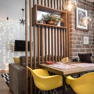 На фото: гостиные-столовые в современном стиле с коричневым полом и темным паркетным полом без камина