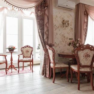 Foto di una sala da pranzo aperta verso la cucina classica di medie dimensioni con pareti beige, pavimento con piastrelle in ceramica, camino classico, cornice del camino in legno e pavimento beige