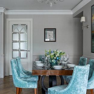 На фото: столовая среднего размера в классическом стиле с серыми стенами, светлым паркетным полом и коричневым полом с