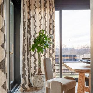 Idee per una grande sala da pranzo country chiusa con pareti marroni e pareti in legno