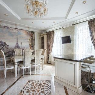 Свежая идея для дизайна: кухня-столовая в классическом стиле с бежевыми стенами и бежевым полом - отличное фото интерьера