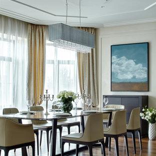 Immagine di una grande sala da pranzo aperta verso il soggiorno chic con pareti beige e pavimento in legno massello medio